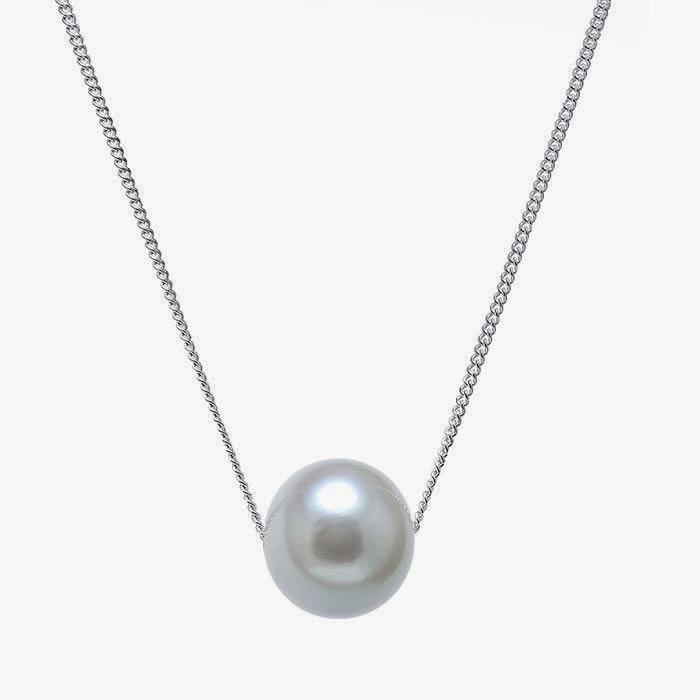 a grey cultured pearl pendant sitting through a curb link chain 46 cm long
