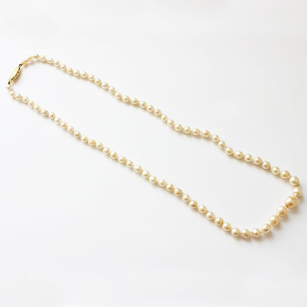 a secondhand single row of pearls graduated onto a gold clasp