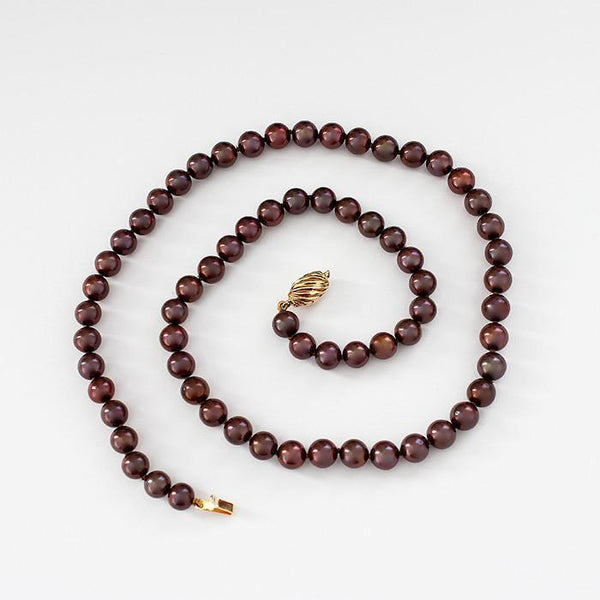 chocolate coloured pearl single row necklace with 18ct gold clasp