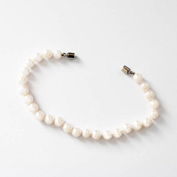a secondhand freshwater pearl bracelet with a white magnetic clasp