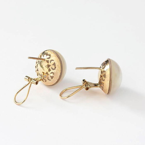 a preowned pair of yellow gold mabe pearl clip on earrings