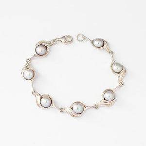 a pretty grey freshwater pearl swirl design link bracelet in sterling silver 16.5 centimetres long