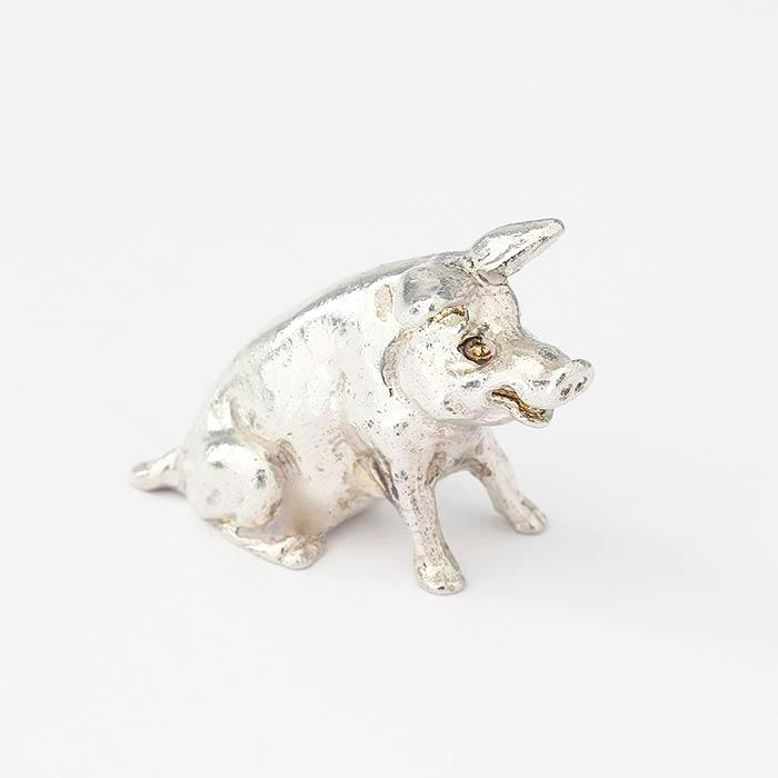 a solid silver sitting pig ornament with great detailing and all british made