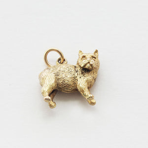 a detailed standing cat charm all made in yellow gold