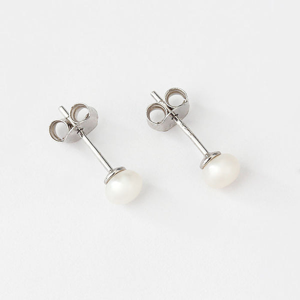 silver pearl studs 4mm in size and freshwater