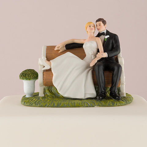 Sitting Pretty On A Park Bench – Couple Figurine|Figurine de couple assis sur un banc de parc