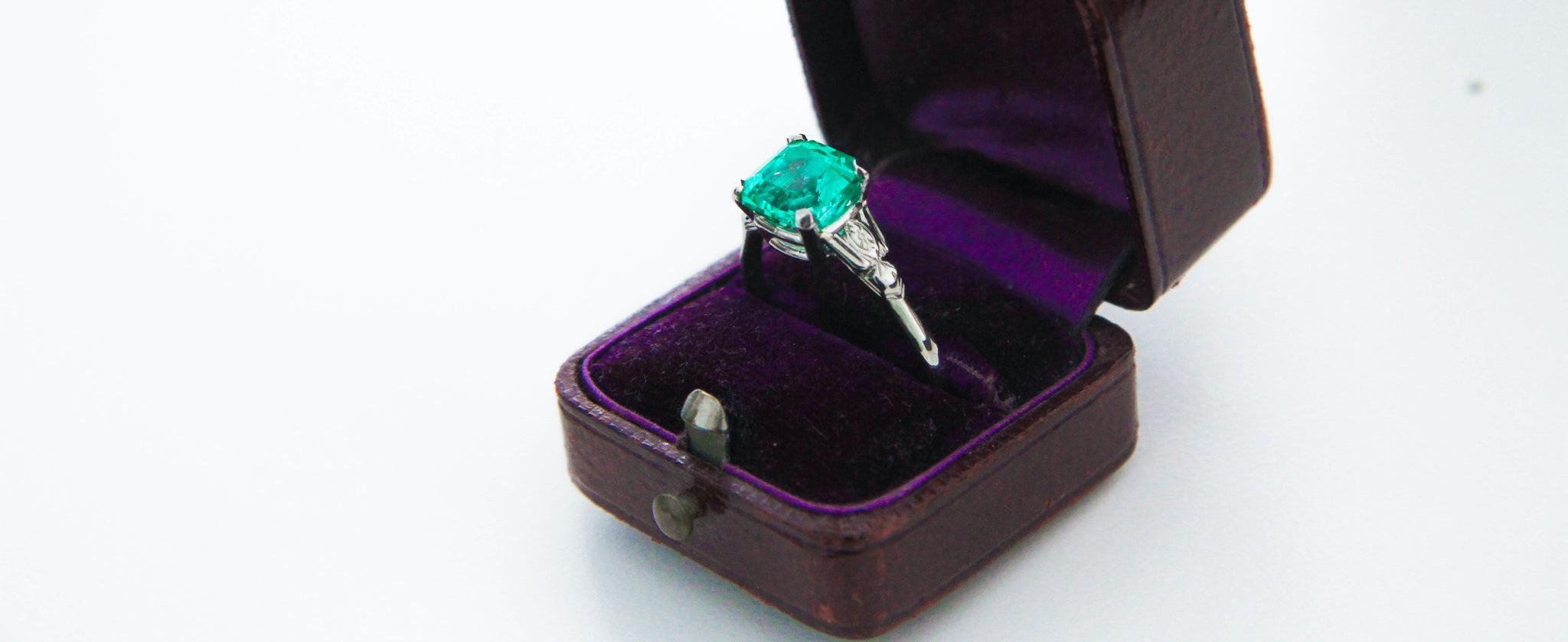 Emerald in Platinum and Diamond Mounting Solitaire