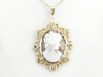 Vintage Cameo Pendant in Yellow Gold