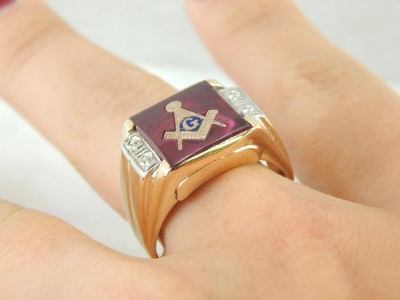 Large 1950s Mens Two Tone Red Glass Masonic Signet Ring
