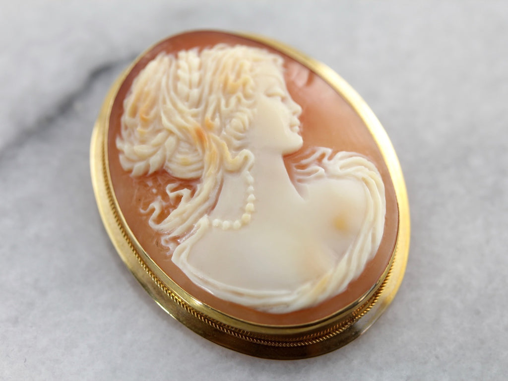 Vintage Cameo Brooch or Pendant in Yellow Gold and Fine Shell