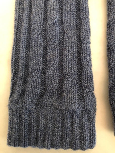 4-ply cable knit cashmere wristwarmers - Demin Blue