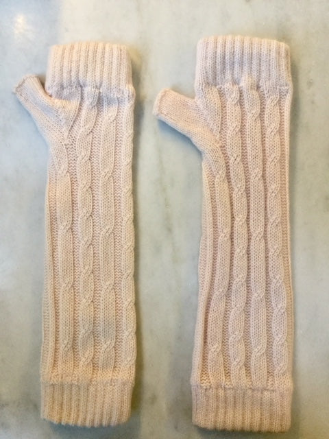 4-ply cable knit cashmere wristwarmers - Palest Pink