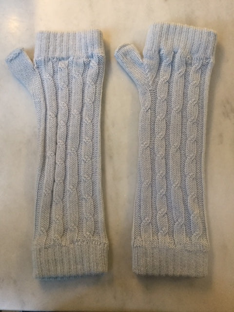 4-ply cable knit cashmere wristwarmers - Powder Blue