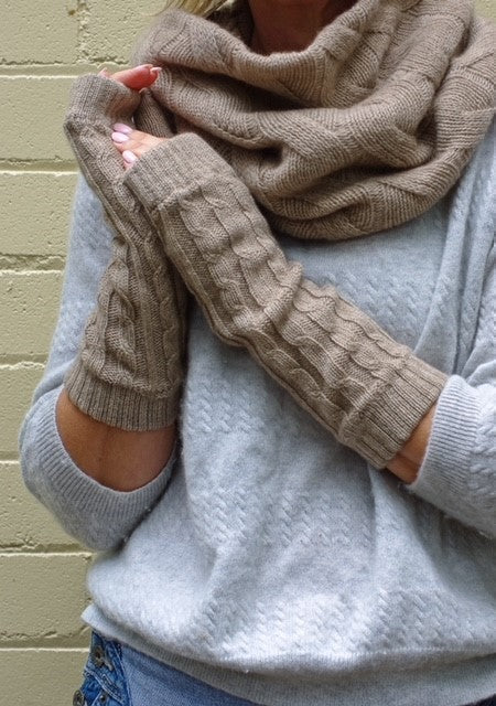 4-ply cable knit cashmere wristwarmers - Dark Natural