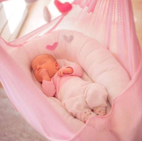 Baby schläft in rosa swing2sleep
