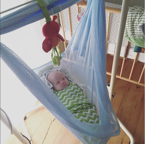 gepucktes Baby in swing2sleep Babyhängematte blau