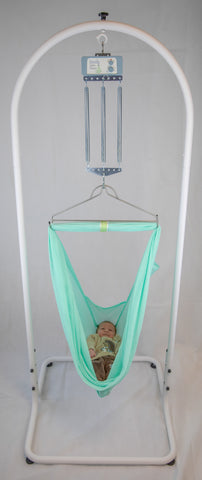 Baby liegt in der swing2sleep Federwiege