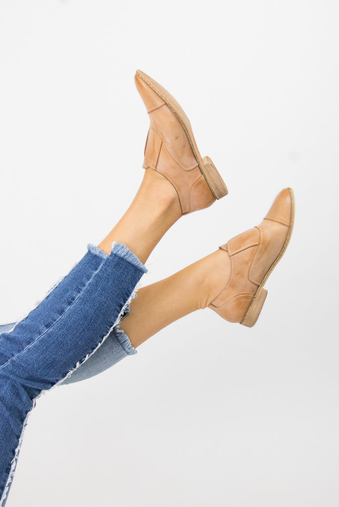 6 / Tan Slip Knot Oxford Flats - Madison + Mallory