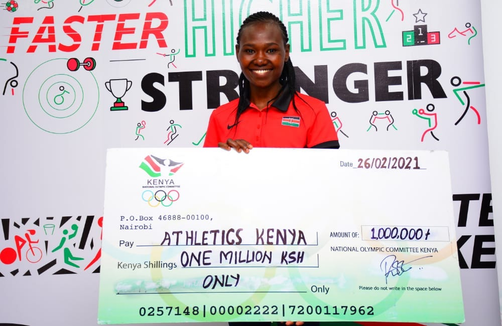 Ruth Chepngetich receiving  the cheque of Kshs. 1,000,000 on behalf of the team.