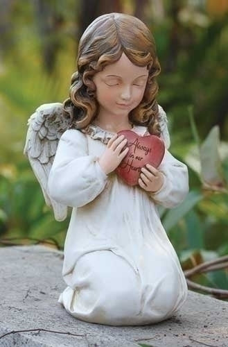 Kneeling memorial angel with heart
