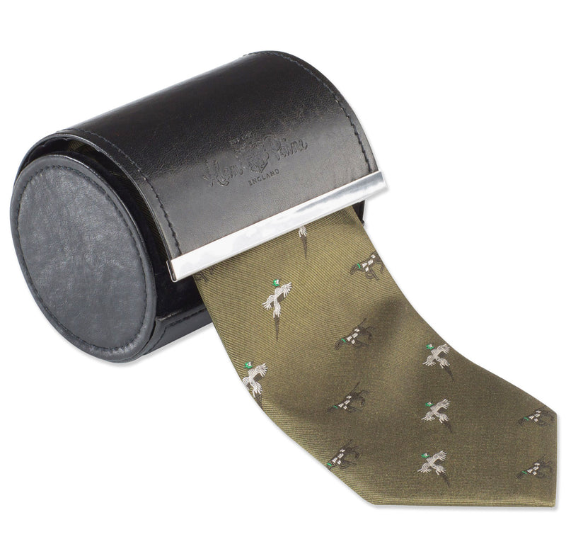 country green Pheasants in flight and pointing dogs feature on this classic silk country tie in three cultured colours.