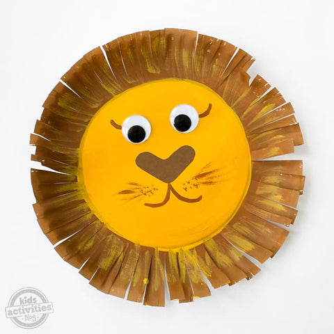 A lion face made out of a paper plate.