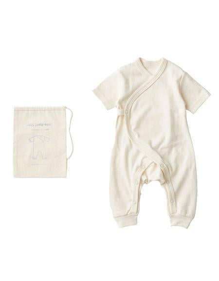 A baby jumpsuit that will start your newborn days in natural softness and warmth. Made with 100% organic cotton in Japan, the short sleeves and drape front will keep your baby warm and cozy, for the sweet early days.