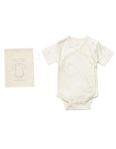 A baby onesie romper that will start your newborn days in natural softness and warmth. Made with 100% organic cotton in Japan, the short sleeves and drape front will keep your baby warm and cozy, for the sweet early days.