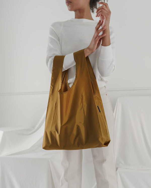 Minimalist reusable ripstop nylon bag by Baggu. Perfect for packing your day's groceries, lunch, or any everyday essentials. Now in jeweled bronze.