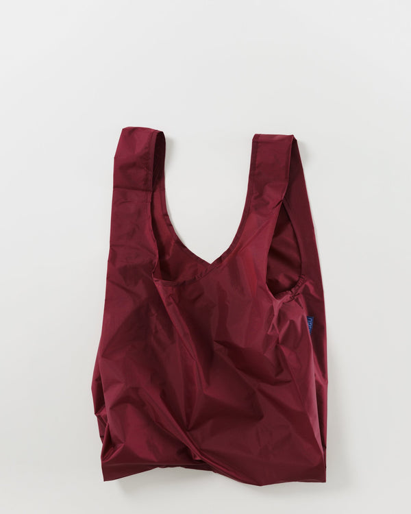 Minimalist reusable ripstop nylon bag by Baggu. Perfect for packing your day's groceries, lunch, or any everyday essentials. Now in a warm and rich cranberry hue.