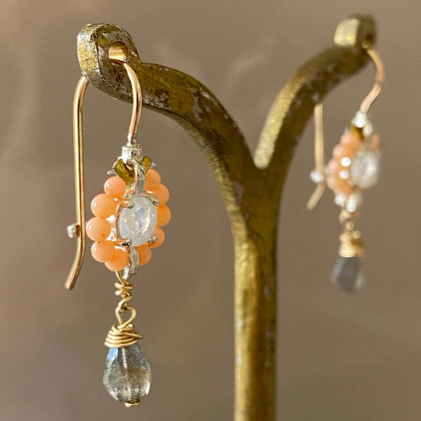 Mini Daisy - Earrings in coral with labradorite