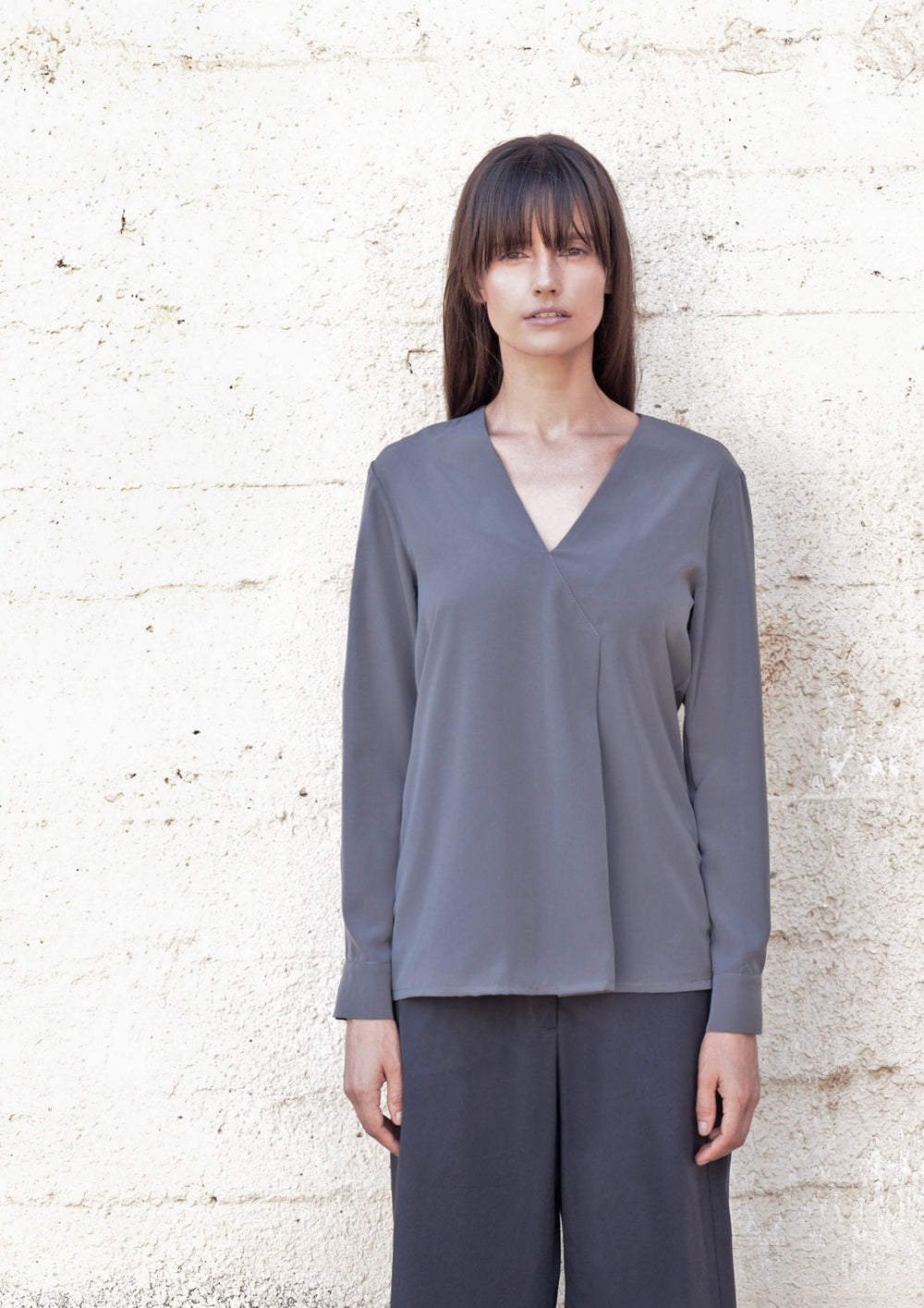 Front pleat V-neck shirt in grey