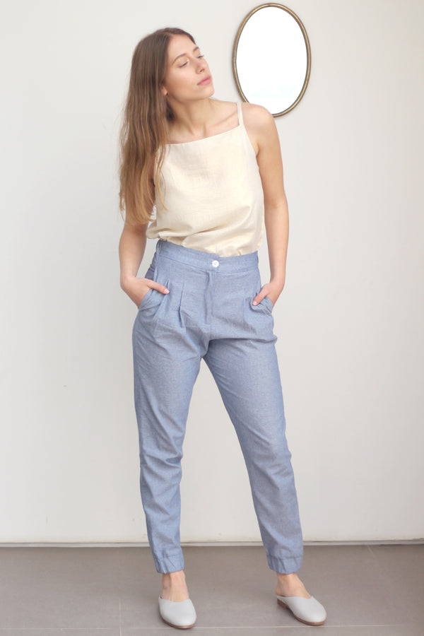 Relaxed pleated pants with elastic cuff in denim blue