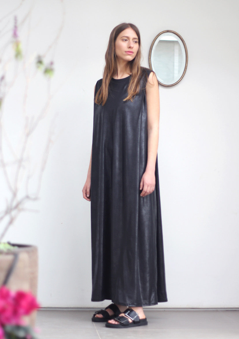 Maxi shoulder pleat dress in black