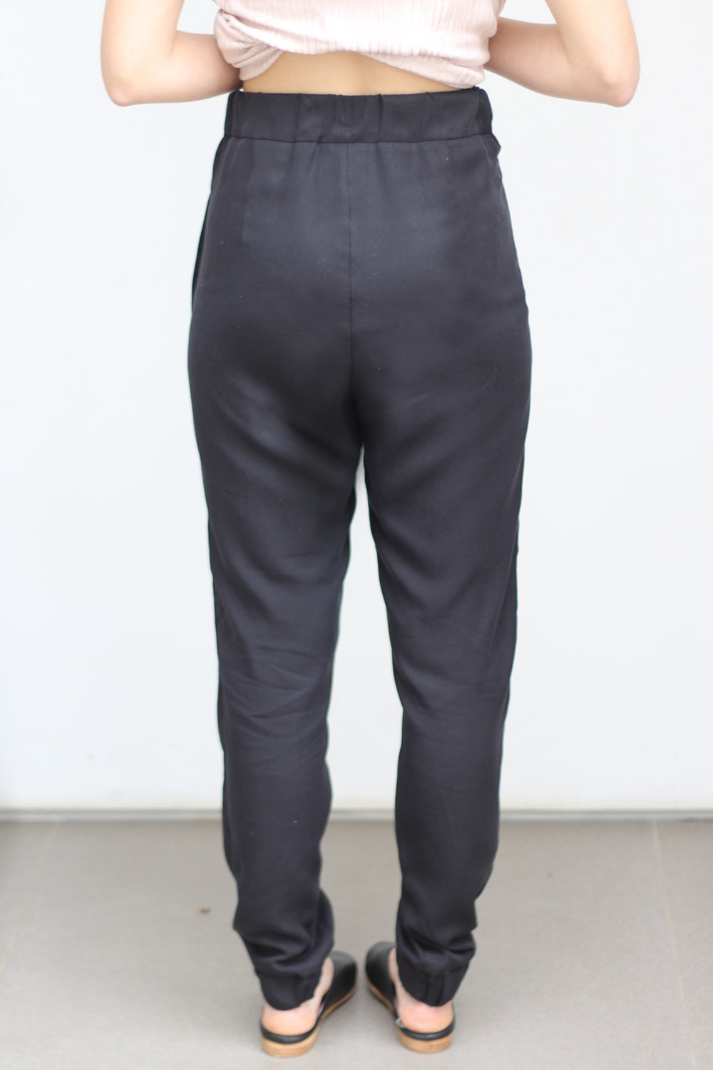 Relaxed pleated pants with elastic cuff in black