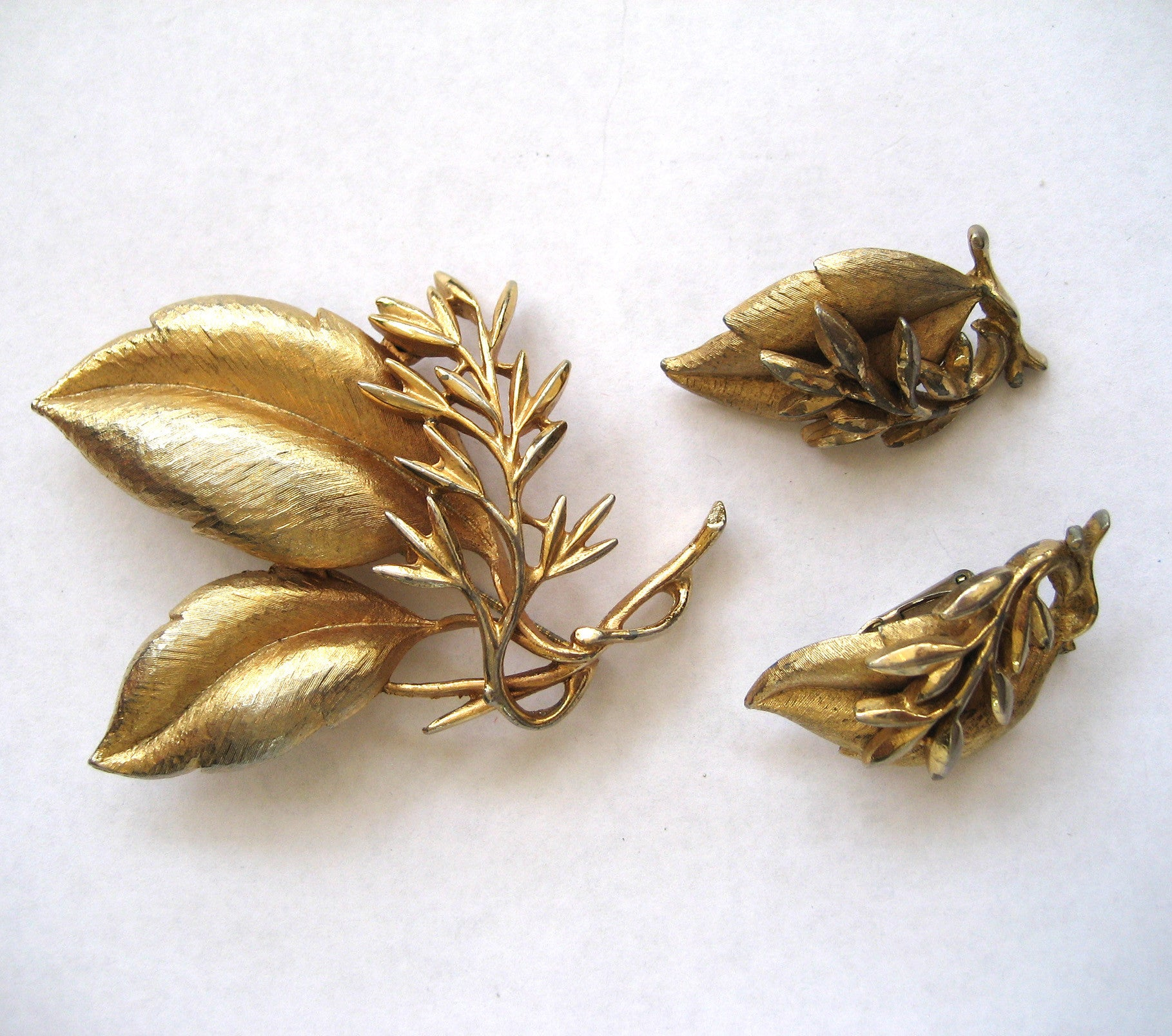 Sarah Coventry Gold tone Leaf Demi Parure - Pin/Earrings
