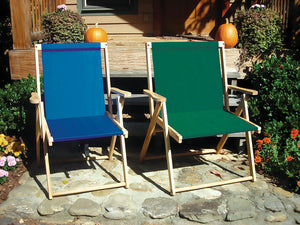 The XL foldable Deck Chair in forest green next to regular folding chair