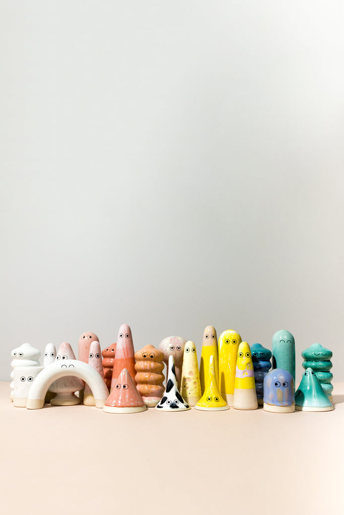 FAMILIA FIGURINES (VARIOUS COLORS)