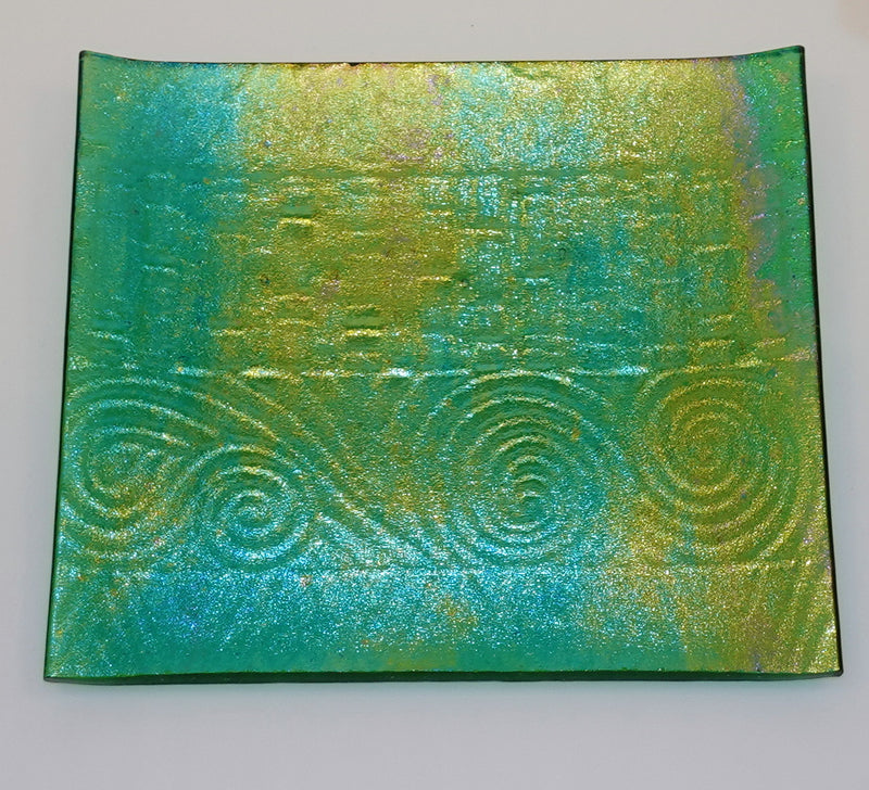 Luminescent green textured plate