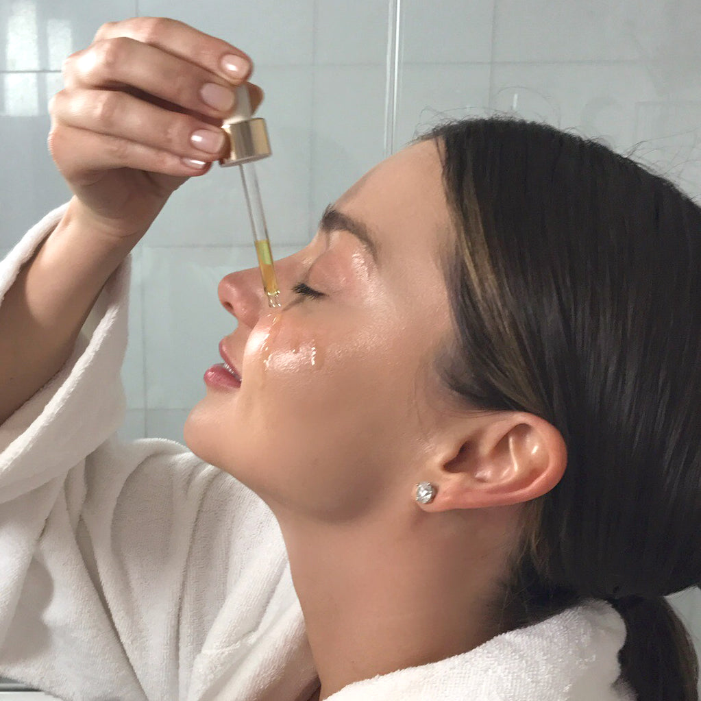 Miranda Kerr using Noni Glow Face Oil