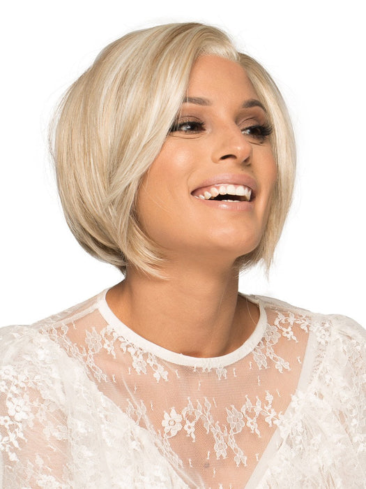 This short lace front wig is a sleek, timeless silhouette that is sure to turn heads