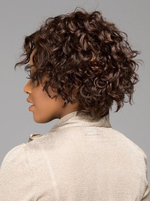 Shorter layers around the perimeter create a flattering shape | Color: FS4/30