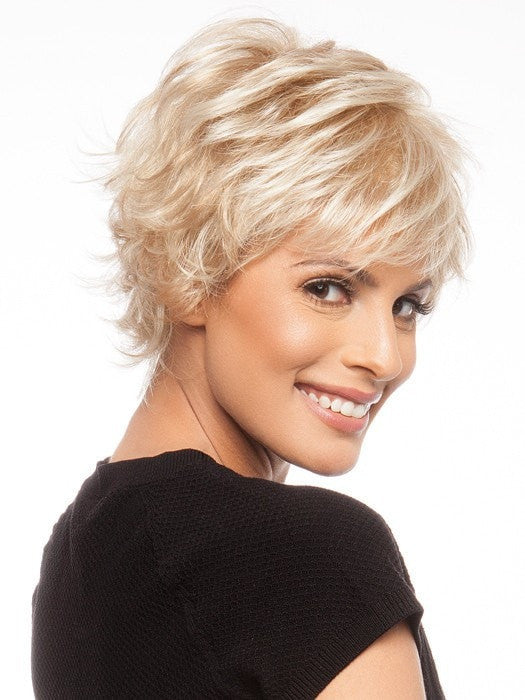 Wispy ends with texture add a lot of style to this cut | Color: GL14-22