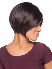 This short wig features a lace front and left-side monofilament part