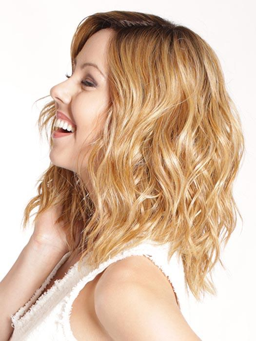 Beachy waves fall gently around the shoulders and give movement to this bombshell look.