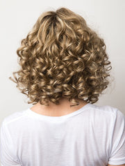 Comb the curls softly to create a fuller look! | Color: Spring Honey R