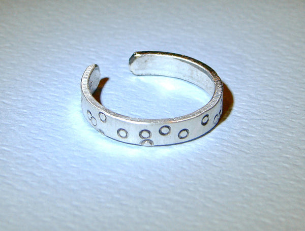 Toe ring in sterling silver with lots of circles