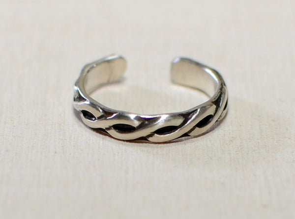 Sterling silver toe ring with braided wire pattern