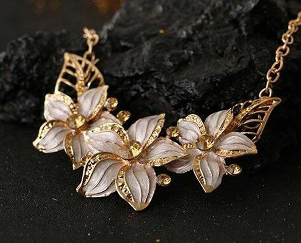 Neutral Gold Dust Poinsettia Luxor Leaves Necklace Set