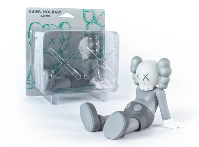 "KAWS:HOLIDAY 7""搪胶公仔 (灰色)"